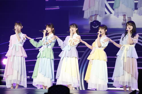 「平行線」を披露した(左から)阪口珠美、岩本蓮加、大園桃子、与田祐希、久保史緒里