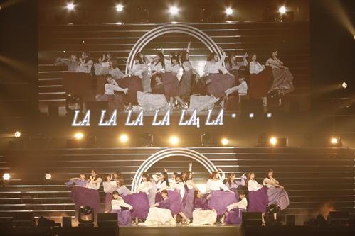 横浜アリーナライブで新曲「Sing Out!」を披露した乃木坂46。中央は齋藤飛鳥