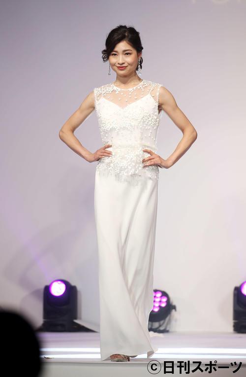 白いドレス姿でステージに立つ土屋炎伽(撮影・河田真司)