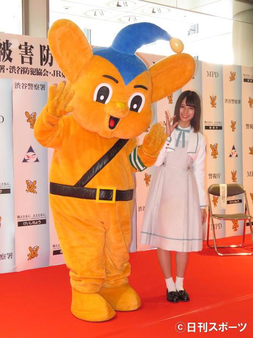 痴漢被害防止キャンペーンイベントに出席し、日向坂46の「ヒ」のポーズで笑顔を見せる小坂菜緒(右)(撮影・横山慧)