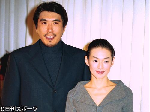 結婚報告会見を行った石橋貴明(左)と鈴木保奈美