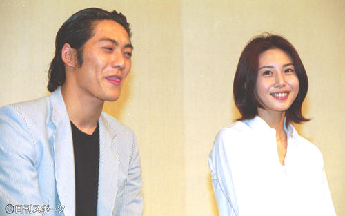 入籍会見をする反町隆史(左)と松嶋菜々子