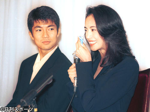 結婚報告会見を行った仲村トオル(左)と鷲尾いさ子