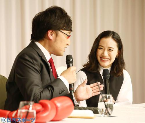 結婚会見で山里亮太(左)が必死に話す隣で微笑む蒼井優(撮影・河田真司)