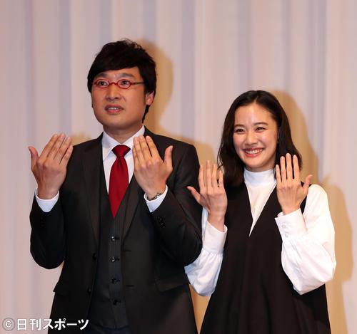 指輪を見せるポーズをする南海キャンディーズの山里亮太(左)と蒼井優(撮影・大野祥一)