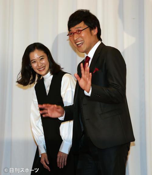 笑顔で会見場を後にする南海キャンディーズの山里亮太(右)と蒼井優(撮影・大野祥一)