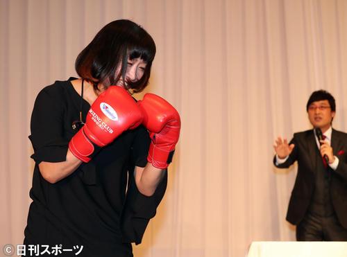 ボクシンググローブをはめて登場する南海キャンディーズ山崎静代(左)。右は山里亮太(撮影・大野祥一)