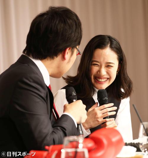 結婚会見で山里亮太(左)と会話を交わし笑顔を見せる蒼井優(撮影・河田真司)