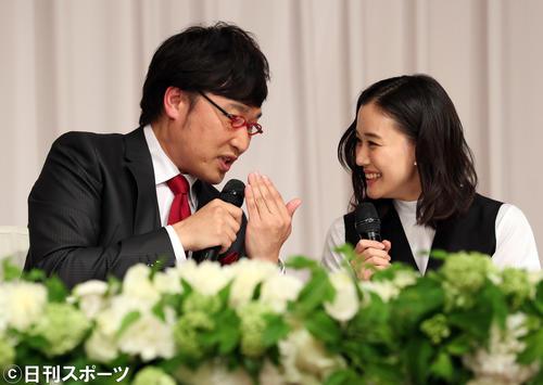 結婚会見で南海キャンディーズの山里亮太(左)を笑顔で見つめる蒼井優(撮影・大野祥一)
