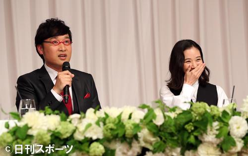 結婚会見に開いた南海キャンディーズの山里亮太(左)と蒼井優(撮影・大野祥一)