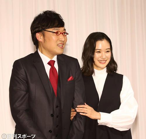 山里亮太(左)の左腕に優しく手を添える蒼井優(撮影・河田真司)