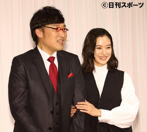 5日、結婚会見で山里亮太(左)の左腕に優しく手を添える蒼井優