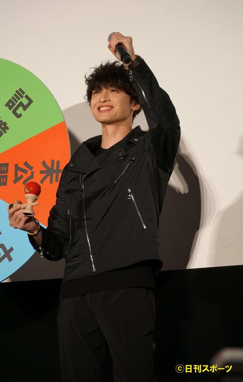 けん玉を1回で成功させ、ガッツポーズを決めるKis-My-Ft2玉森裕太(撮影・遠藤尚子)