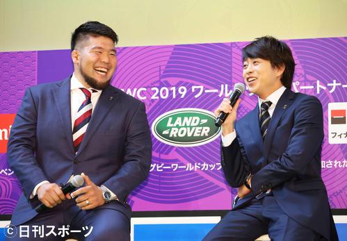話が盛り上がる畠山健介(左)と櫻井翔(撮影・河田真司)