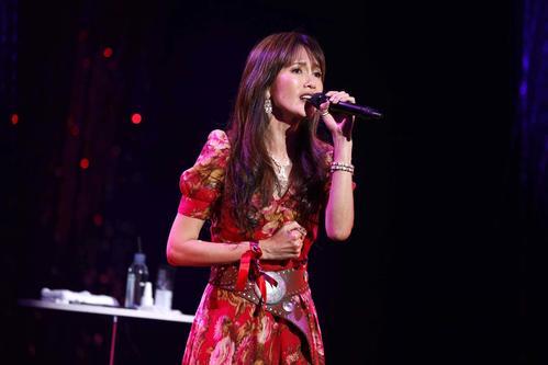 全国ツアー初日公演で歌う工藤静香