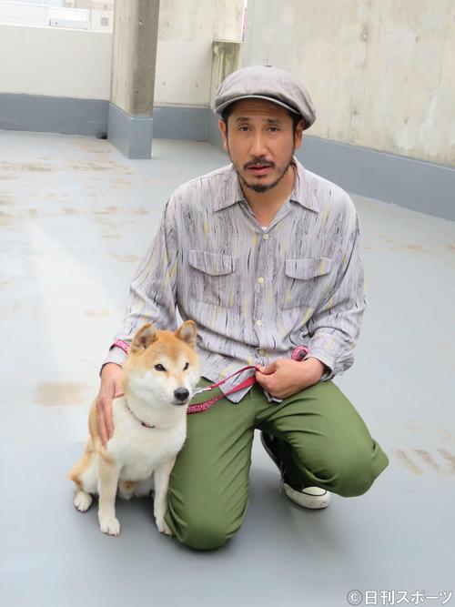 「柴公園」で共演した柴犬のきぃと再会した渋川清彦(撮影・村上幸将)