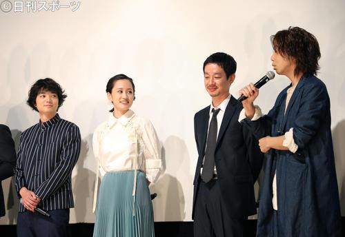 トークが盛り上がる、左から染谷将太、前田敦子、加瀬亮、柄本時生(撮影・河田真司)