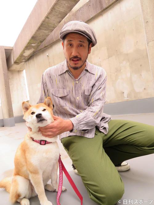 「柴公園」で共演した柴犬のきぃと触れ合う渋川清彦(撮影・村上幸将)
