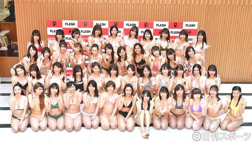 水着姿で手を振るミスFLASH2020選考オーディション候補者たち(撮影・横山健太)