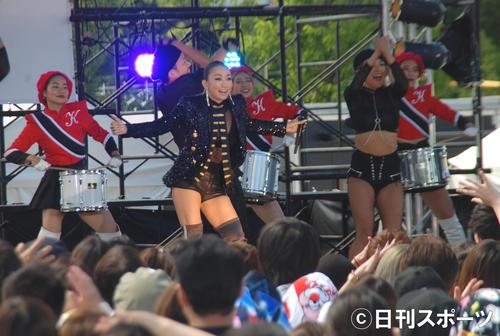 ステージで新曲を熱唱した倖田来未(撮影・松浦隆司)