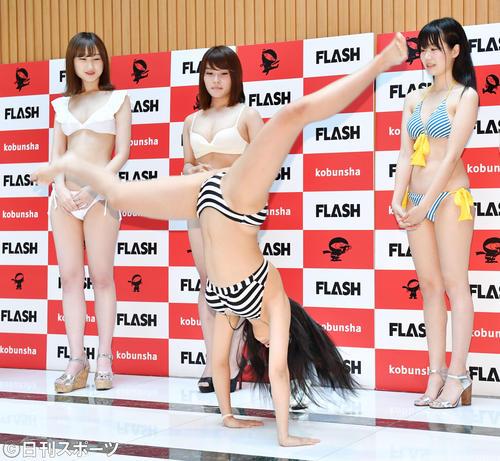 特技の体操を披露するミスFLASH2020選考オーディション候補者の高杉沙那(撮影・横山健太)