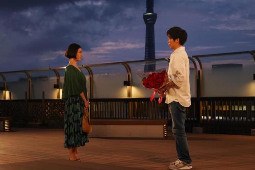 原田知世(左)田中圭が主演する「あなたの番です 特別編」の1場面