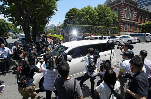 判決公判を終えたピエール瀧被告を乗せたとみられる車両を取り囲む報道陣(撮影・加藤諒)