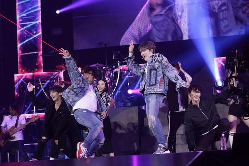 ジェジュン(右)のライブに日村勇紀がサプライズ登場し2人でダンスパフォーマンスを披露した