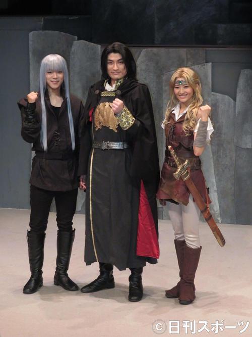 主演舞台の取材に臨む松崎祐介(中央)。左は林翔太、右は佃井皆美(撮影・横山慧)
