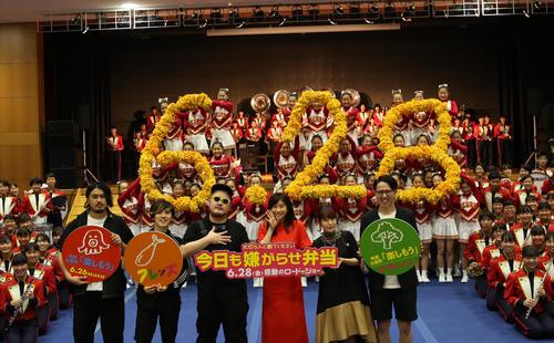 箕面自由学園高を訪れた篠原涼子(右から3人目)とバンド「フレンズ」