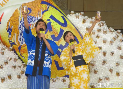 キンキンに冷えた「のどごし<生>」夏の開幕宣言をする桐谷健太(左)と小島瑠璃子
