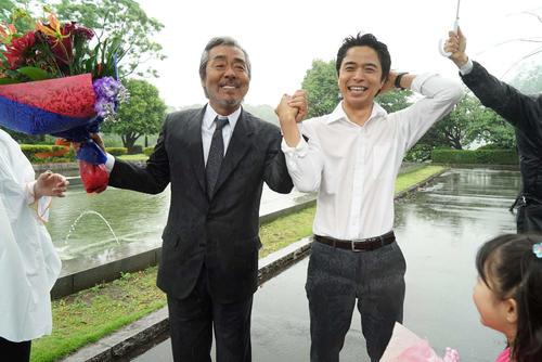 クランクアップを迎え、涙を浮かべる寺尾聰(左)と井ノ原快彦