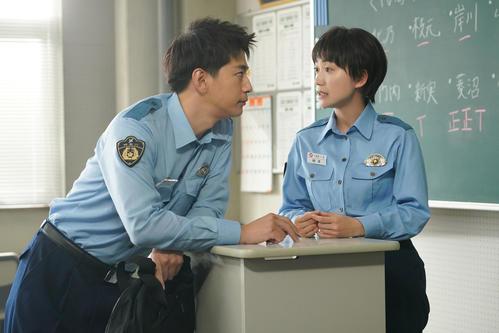 フジテレビ系「教場」で警察学校の生徒の日下部准を演じる三浦翔平(左)と楠本しのぶを演じる大島優子