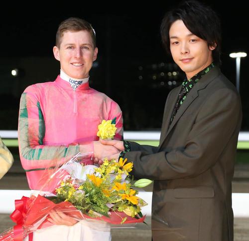 帝王賞を制してプレゼンターの中村倫也と写真に納まるレーン騎手(左)(撮影・丹羽敏通)