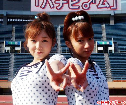 加護亜依(左)と辻希美(2004年7月1日撮影)