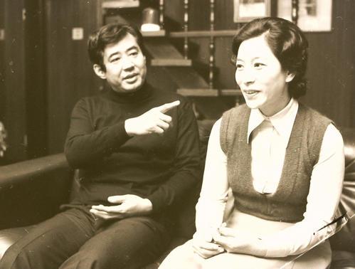 76年4月3日、世田谷区上野毛の自宅でインタビューに答える高島忠夫さん、寿美花代夫妻