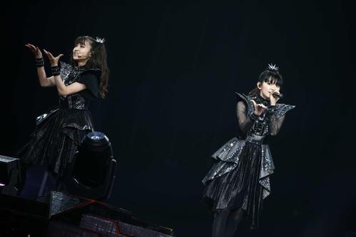 新体制として初の単独ライブを開催したBABYMETAL。MOAMETAL(左)とSU-METAL