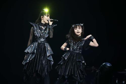新体制として初の単独ライブを開催したBABYMETAL。SU-METAL(左)とMOAMETAL