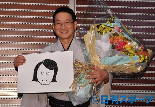 結婚相手のイラストを手に会見する春風亭昇太(撮影・柴田隆二)