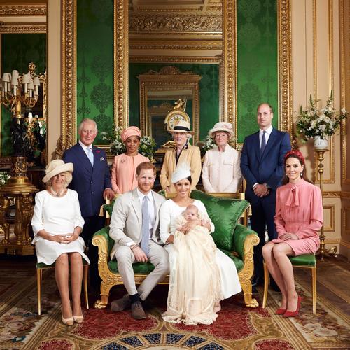 ヘンリー英王子とメーガン妃が公開した、夫妻と長男アーチーちゃんら(前列中央の3人)の写真(ロイター=共同)
