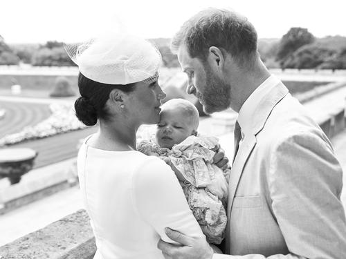 ヘンリー英王子とメーガン妃が公開した、夫妻と長男アーチーちゃんの写真(ロイター=共同)