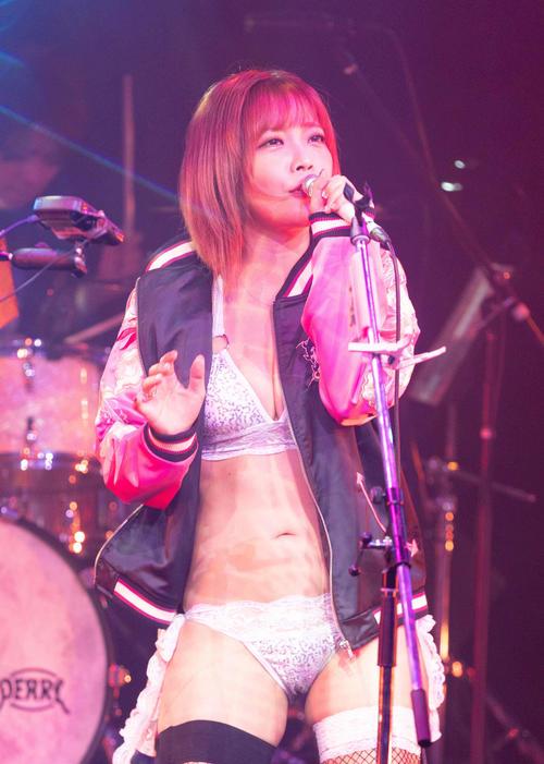 セクシーなビキニスタイルで熱唱する藤田恵名