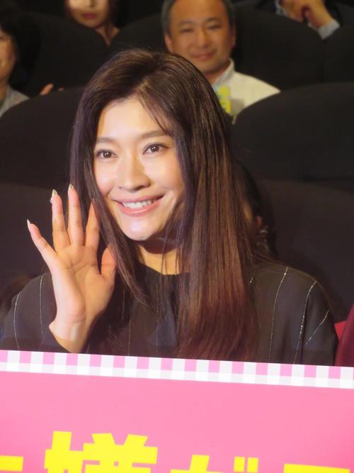 笑顔で手を振る篠原涼子