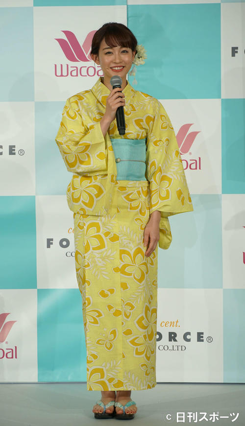 浴衣姿で発表会に出席した新井恵理那(撮影・遠藤尚子)