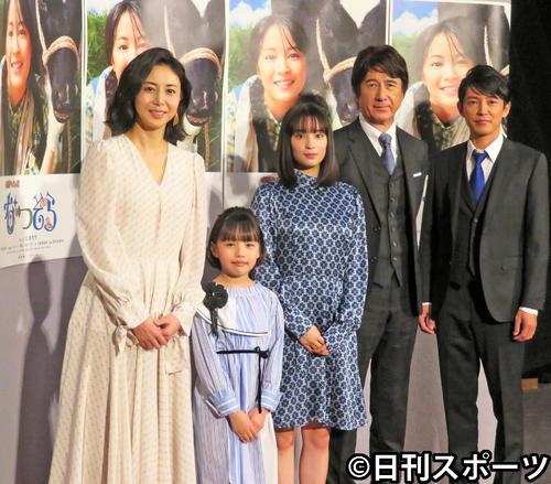 NHK「なつぞら」の会見を行った左から松嶋菜々子、粟野咲莉、広瀬すず、草刈正雄、藤木直人(2019年3月6日撮影)