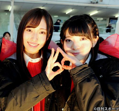 デビューシングルのMV撮影に参加した山口真帆(左)と菅原りこ(2017年2月16日撮影)