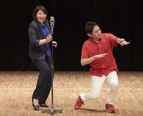 漫才シーンを演じる主演の小泉孝太郎(右)と松下由樹
