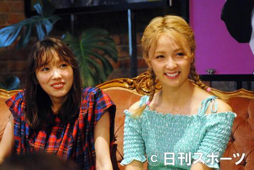 AbemaTV「オオカミちゃんには騙されない」収録後の囲み取材で笑顔を見せる飯豊まりえ(左)とDream Ami(撮影・大友陽平)