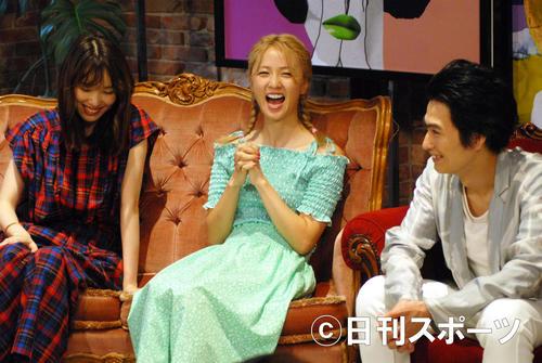 AbemaTV「オオカミちゃんには騙されない」収録後の囲み取材で笑顔を見せるDream Ami(中央)。左は飯豊まりえ、右は松田凌(撮影・大友陽平)