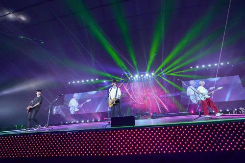 メットライフドーム公演から全国ツアーをスタートしたBUMP OF CHICKEN。左から増川弘明、藤原基央、直井由文